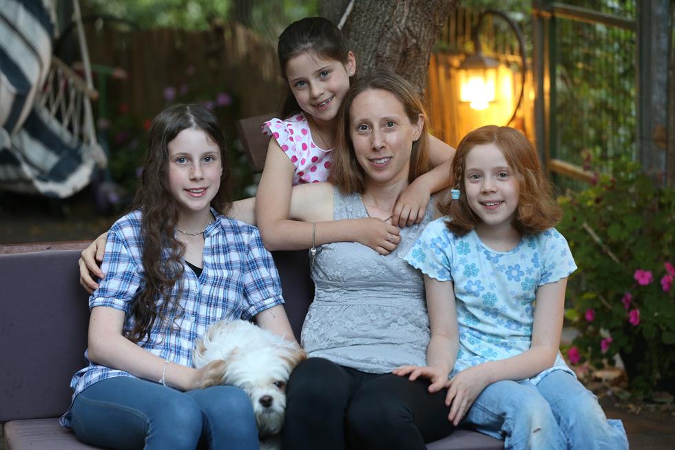 """ארבליך-בריפמן עם שלוש בנותיה, השבוע. """"אני אמא ותרנית שרק רוצה שהבנות שלה יחיו ויהיו ילדות שמחות"""" (צילום: אלעד גרשגורן)"""