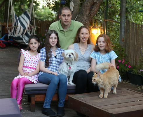 """עם בעלה דורון והבנות. """"הפכתי לאמא לחוצה"""" (צילום: אלעד גרשגורן)"""