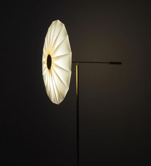 גוף תאורה עשוי פליז. קונטרה לעומס של איקאה, ממול (צילום: Umut Yamac)
