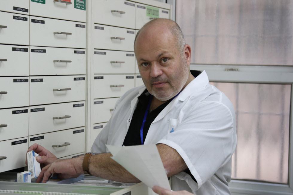 """אלי סרברניק, מנהל בית המרקחת והרוקח הראשי של """"חברים לרפואה"""" (צילום: אבי מועלם)"""