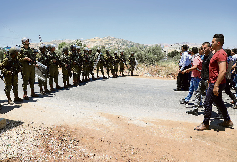 One soldier called me a 'traitor,' but most troops carry on in a professional manner (Photo: Shaul Golan)