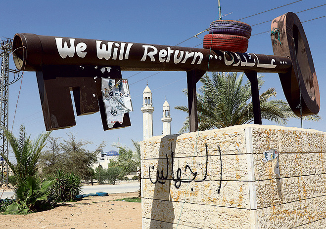 A large key at the entrance to the Aqabat Jaber refugee camp with the caption 'We Will Return' (Photo Shaul Golan)