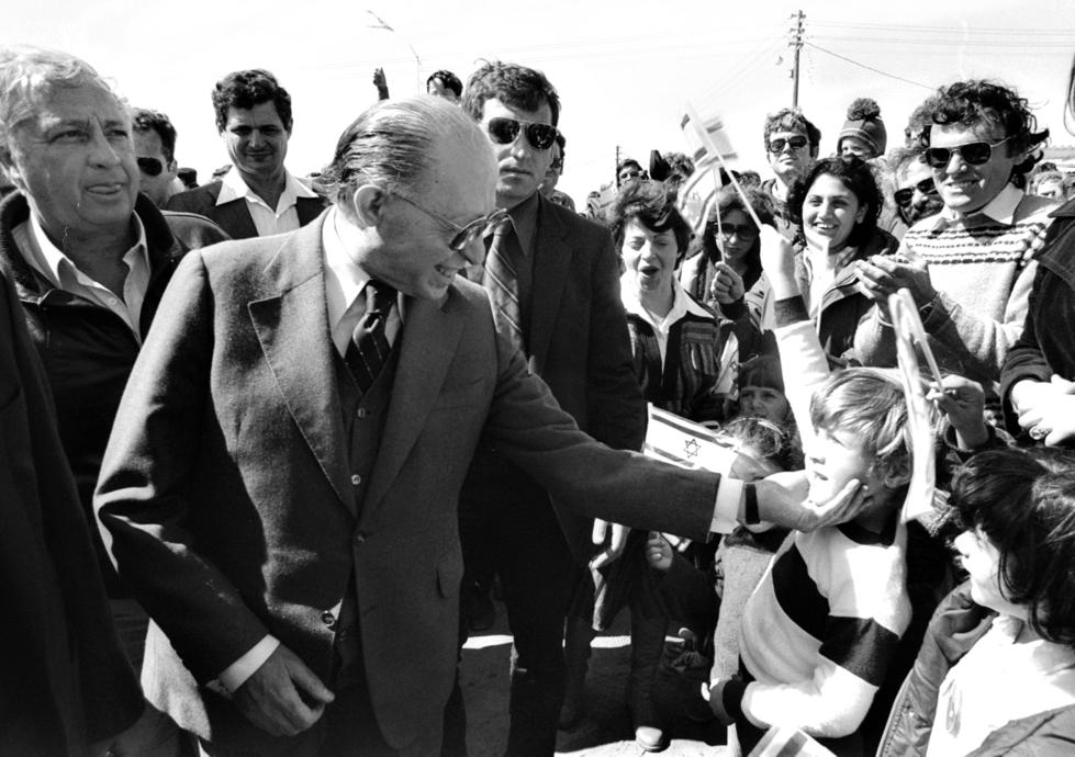 """ראש הממשלה מנחם בגין באלון מורה, 1981 . """"המתנחלים הצליחו ליצור בשטח בדיוק את מה שרצו""""   צילום: חנניה הרמן, לע""""מ"""