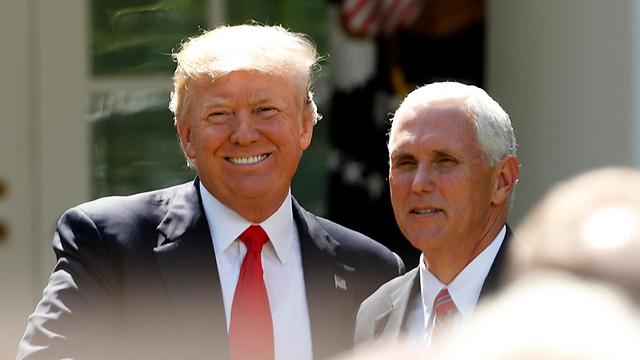 הנשיא האמריקני טראמפ וסגנו פנס (צילום: AP)
