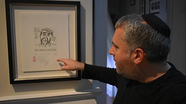 גדעון זלרמאייר עם הדיוקן שהעניק לו כהן (צילום: אלי מנדלבאום)