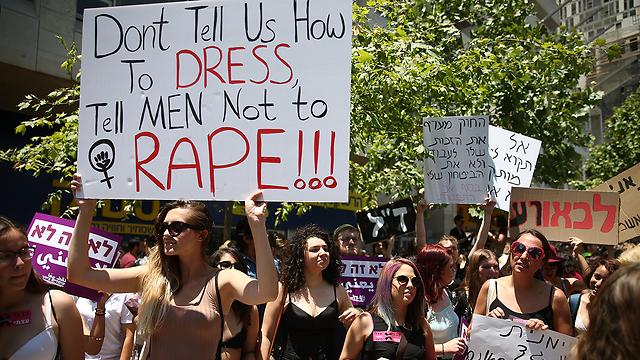 """""""אל תגידו לנו איך להתלבש. תגידו לגברים לא לאנוס"""". שלט מתוך צעדת השרמוטות בירושלים (צילום: אוהד צויגנברג) (צילום: אוהד צויגנברג)"""