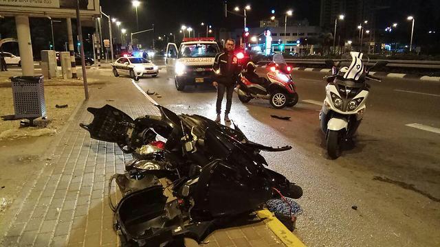 """זירת התאונה בעכו, אמש. רוכב אופנוע בן 23 נהרג (צילום: תיעוד מבצעי מד""""א) (צילום: תיעוד מבצעי מד"""