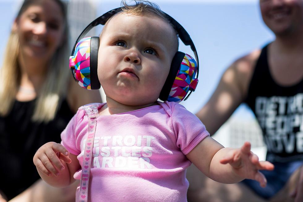 שארלוט, תינוקת בת עשרה חודשים, נהנית בפסטיבל מוזיקה אלקטרונית בדטרויט (צילום: AP, Matt Weigand/The Ann Arbor News)