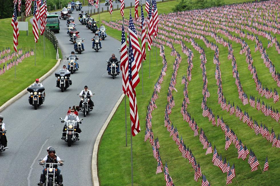 קבוצת אופנוענים רוכבת בבית קברות לאומי בפנסילבניה בממוריאל דיי (צילום: AP)
