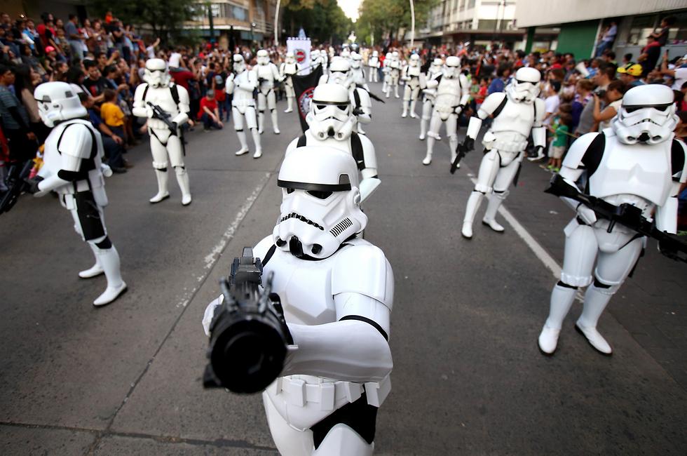 """גוודלחרה, מכסיקו, נערך מצעד לציון יום השנה ה-40 להקרנת """"תקווה חדשה"""", הסרט הראשון בסדרת """"מלחמת הכוכבים""""  (צילום: EPA)"""
