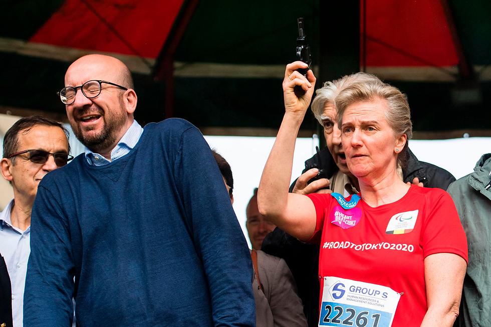 נסיכת בלגיה אסטריד יורה את יריית הפתיחה למרוץ בריסל (20 קילומטרים) ולצדה ראש הממשלה שארל מישל (צילום: AFP)