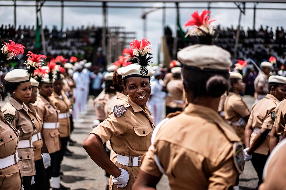 חיילות בצבא ניגריה משתתפות במצעד יום הדמוקרטיה בעיר אוורי (צילום: AFP)