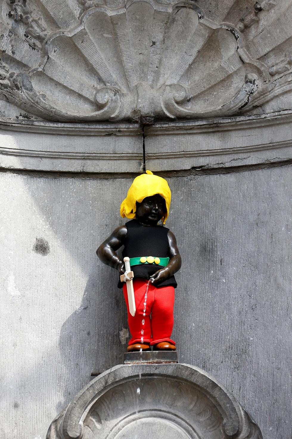 """פסל הילד המשתין האייקוני של בריסל התחפש לגיבור הקומיקס הצרפתי """"אסטריקס"""" לרגל פרסום מהדורת """"אסטריקס בבריסל"""" (צילום: רויטרס)"""