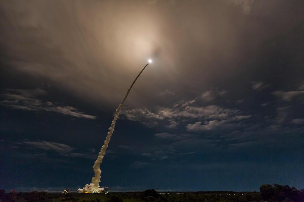 שיגור הטיל אריאן 5 לחלל ועליו שני לוויינים בגיאנה הצרפתית (צילום: AFP)