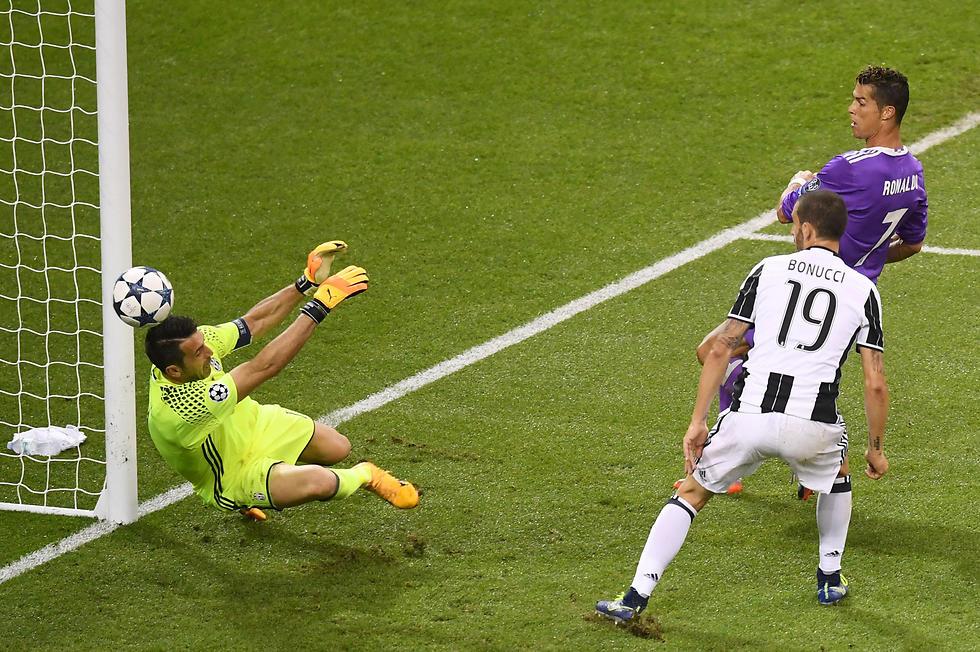 רונאלדו כובש מול בופון בגמר בשנה שעברה (צילום: Getty Images) (צילום: Getty Images)