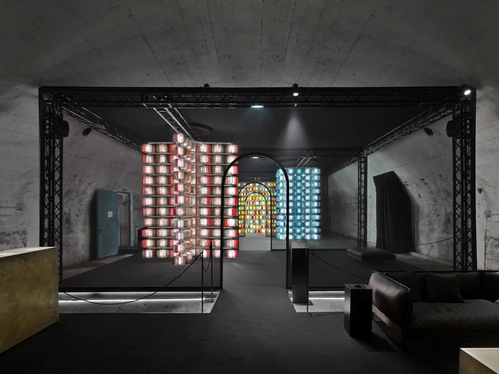 שני מעצבים אחראים למיצב התאורה המרשים הזה: Luca Nichetto ו-Ben Gorham (צילום: Andrea Martiradonna)