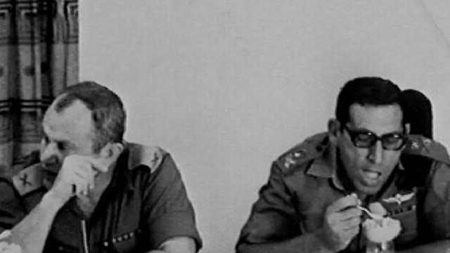 Yaakov (L) with then-brig. gen. Rehavam Ze'evi during a meeting of the IDF's top echelon