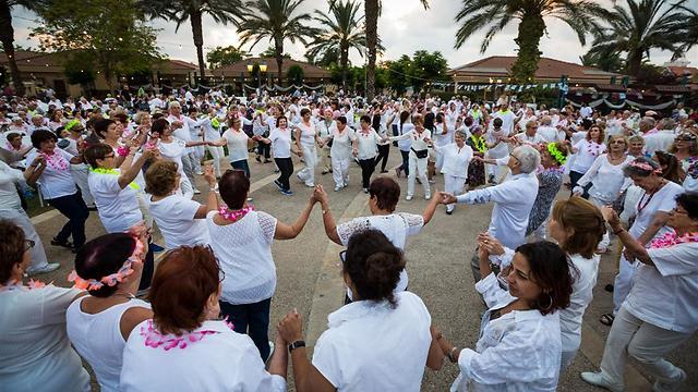ככה זה נראה: מאות רוקדים בלבן בחג השבועות בנורדיה (צילום: גלעד קוולרצ'י)