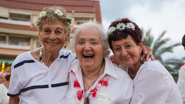 השמחה שבריקוד בגיל 80. אילנה אורלי, בתיה פיכוטקה וטובה וייס. מימין לשמאל (צילום: גלעד קוולרצ'י)