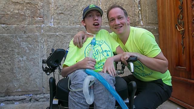 עם אביו (צילום: אוהד צויגנברג)