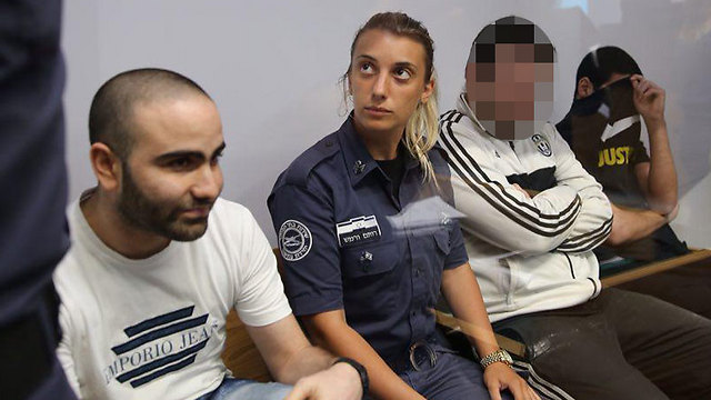 נאשמי לה פמיליה, בבית המשפט היום. גולן (מימין) בחולצה השחורה (צילום: מוטי קמחי) (צילום: מוטי קמחי)