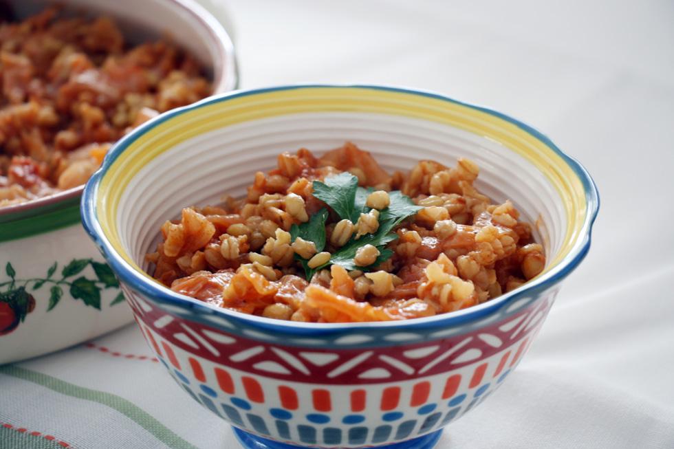 תבשיל חיטה עם כרוב ברוטב עגבניות (צילום: דורית מנו-טל אור)