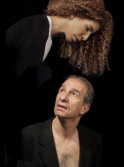 """""""יותר חזק משייקספיר"""". ששון גבאי על הבמה (צילום: ז'ראר אלון)"""