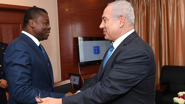 Gnassingbé shaking hands with Benjamin Netanyahu during their meeting in Liberia, Aug. 2016 (Photo: Kobi Gideon/GPO)
