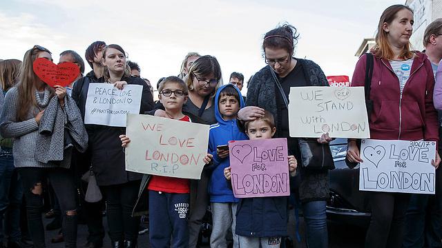 אזרחים אבלים בלונדון אחרי הפיגוע (צילום: EPA)