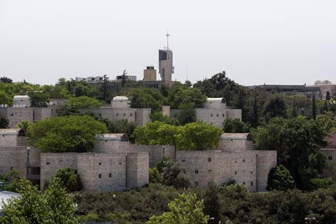 מבצר שולט שנמנע מהשתלבות בנוף - ואף מדגיש את נוכחותו שלו במרחב. קמפוס העברית בהר הצופים (צילום: ליאור גרונדמן)