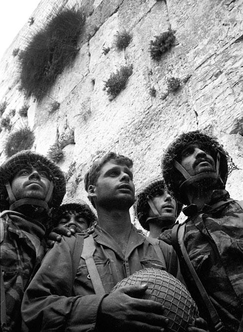 הצנחנים בכותל המערבי, מלחמת ששת הימים. איש לא העלה על דעתו שמלחמה נוספת עומדת בפתח (צילום: דוד רובינגר)