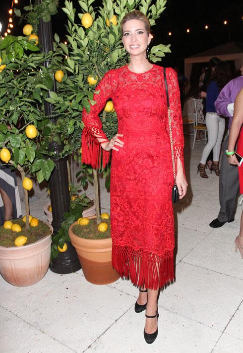 באירוע של דולצ'ה & גבאנה: שמלת תחרה אדומה של המותג, עם צווארון סגור ושרוולים ארוכים (צילום: Gettyimages)