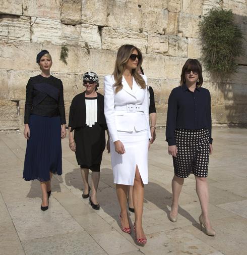 בישראל היא דווקא הפגינה מראות צנועים במיוחד. איוונקה ומלניה בירושלים (צילום: EPA)