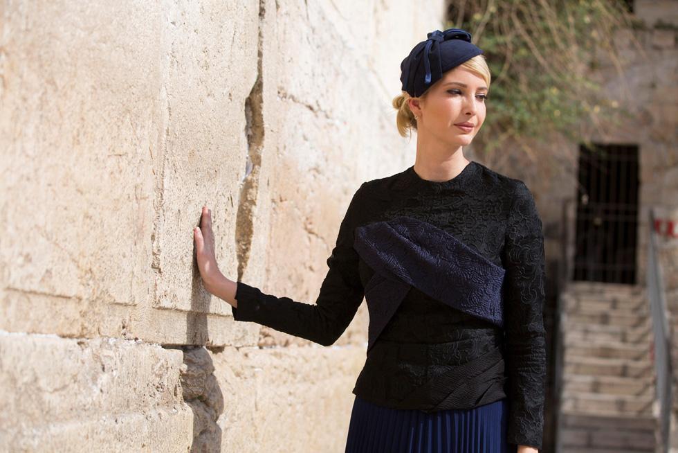 מראה צנוע ושמרני במחיר כולל של 959 דולר. איוונקה טראמפ בירושלים (צילום: Reuters)