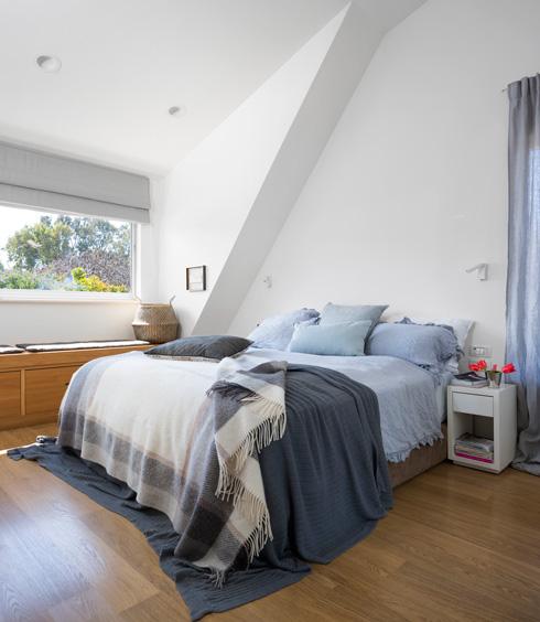 שיפוע הגג החשוף בחדר השינה של ההורים (צילום: שי אפשטיין)