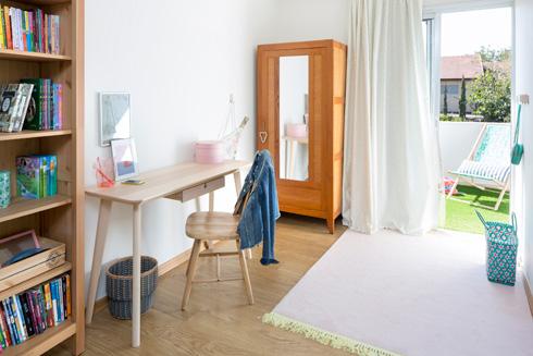 לחדר השינה שנוסף למעלה יש יציאה למרפסת קטנה (צילום: שי אפשטיין)