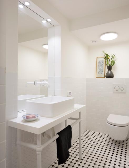 שירותי האורחים. את ארון הכיור הסטנדרטי מחליף מעמד מתכת שעיצב שינקין (צילום: שי אפשטיין)