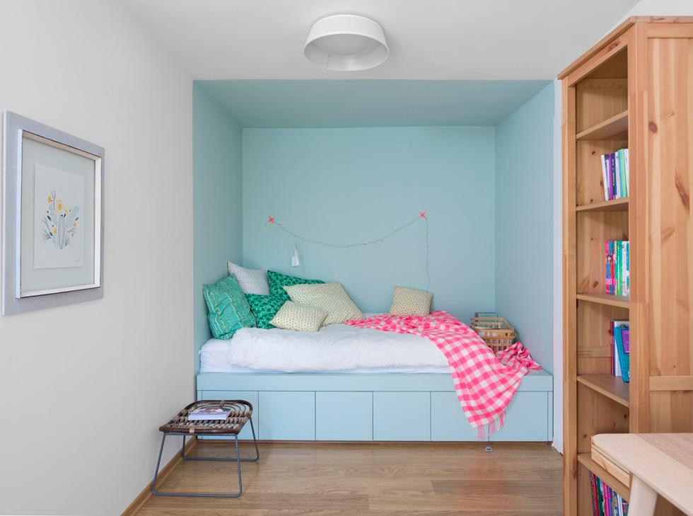 חדרי הילדים למעלה לא גדולים, מודגשים בצבעים רכים (צילום: שי אפשטיין)