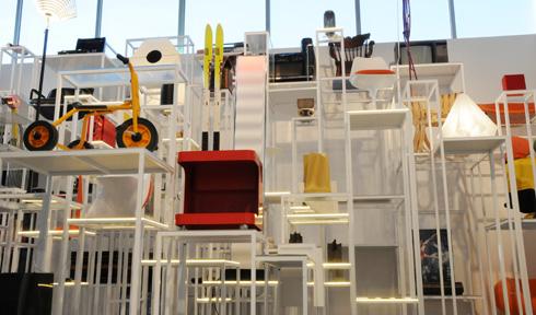 מגבלות המרחב מודגשות בגלל הסמיכות לתערוכה הגרנדיונזית של האמן הסיני אי וויווי, החולשת על אולמות ענק (צילום: פטר לני)