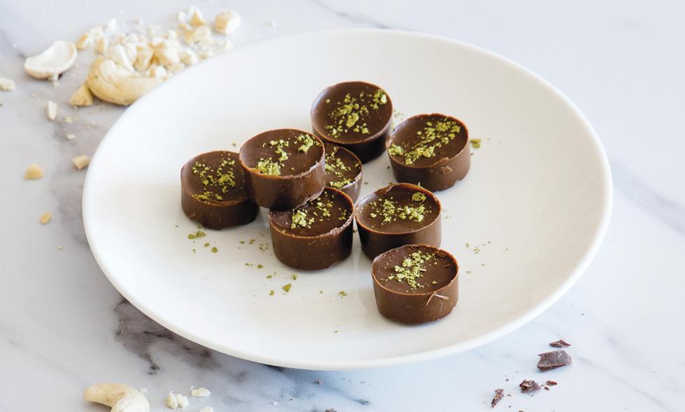 השוקולד  המריר מכיל נוגדי חימצון  שתורמים להפחתת סטרס כרוני. האבץ בקשיו  נמצא כמפחית חרדה (צילום: יוסי סליס, סגנון: נטשה חיימוביץ')