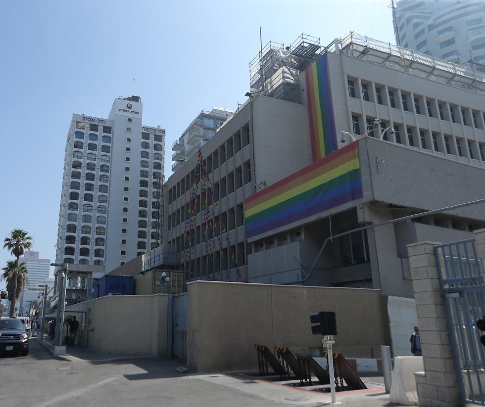 """שגרירות ארה""""ב בתל אביב. בינתיים אין שינוי בנוגע למעמדה (צילום: ירון ברנר)"""