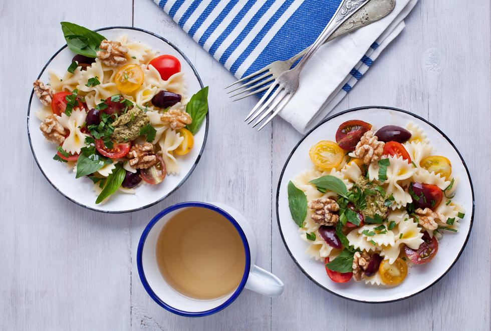 סלט פסטה קר עם עגבניות שרי, זיתים ופסטו (צילום: בועז לביא, סגנון: עמית דונסקוי)