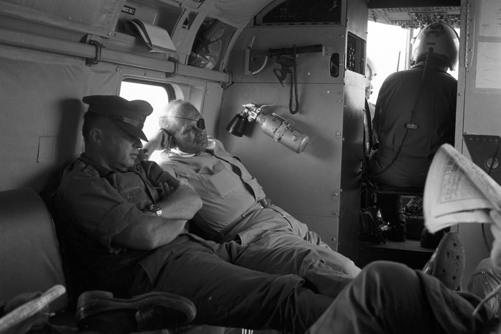 """21 ביוני: שר הביטחון דיין והרמטכ""""ל יצחק רבין ישנים במסוק שמביא אותם לפגישה בעזה (צילום: דוד רובינגר)"""
