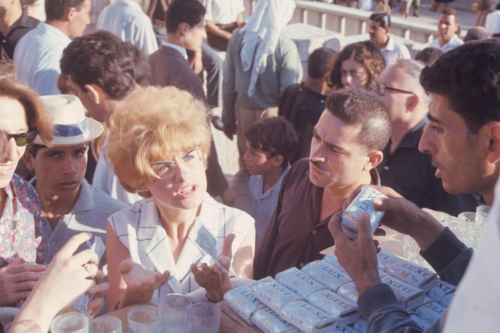 ימים אחדים אחרי המלחמה, מזרח ירושלים: ערביי העיר מציעים סחורה ליהודים שבאים לבקר (צילום: דוד רובינגר)