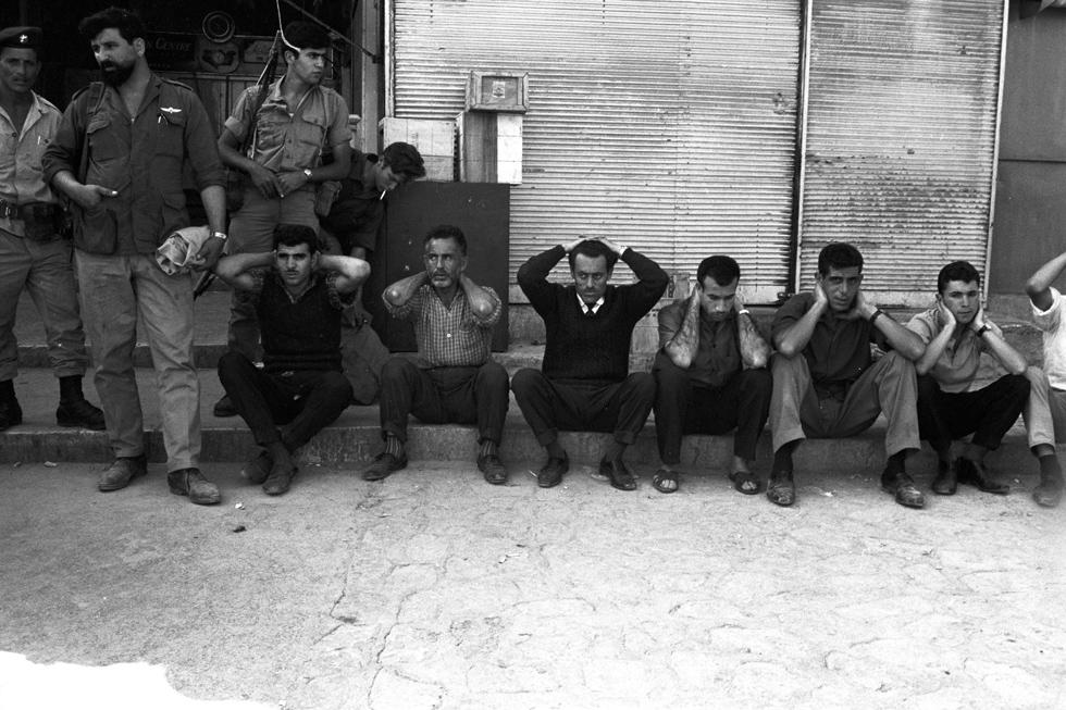 """12 ביוני, מזרח ירושלים: חיילי צה""""ל שומרים על תושבים ערבים (צילום: דוד רובינגר)"""