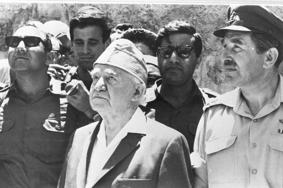 12 ביוני 1967, הכותל המערבי: האלוף חיים הרצוג (מימין), ראש הממשלה ושר הביטחון הראשון, דוד בן גוריון, ושומר ראשו ניסן זיסמן (צילום: דוד רובינגר)