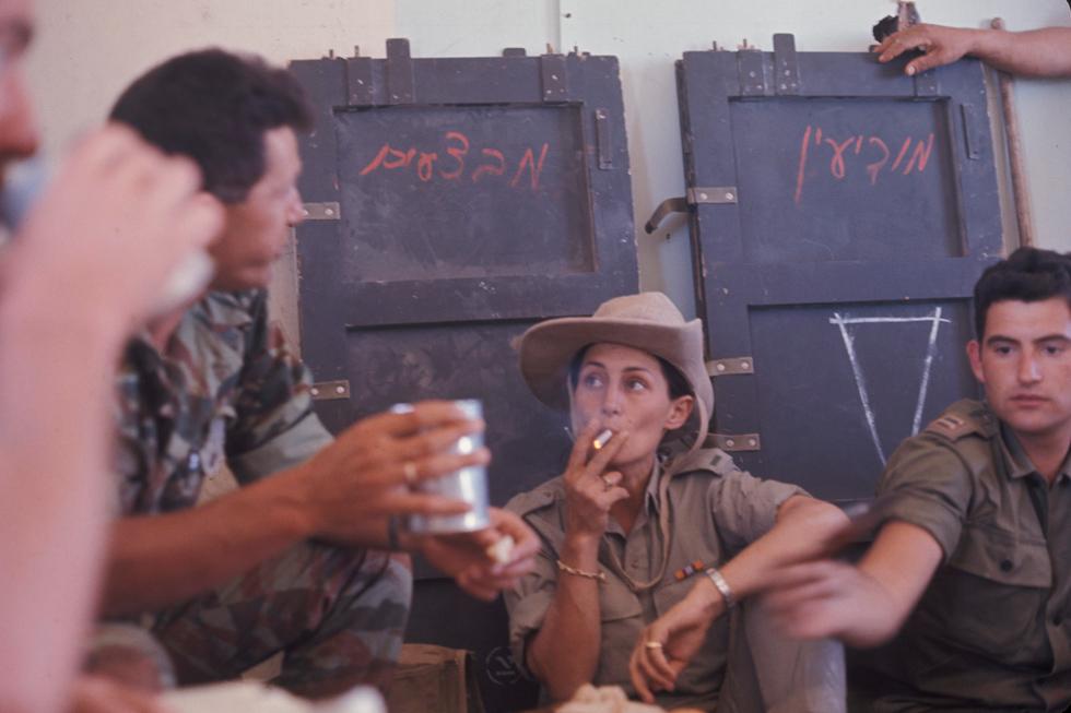תקופת ההמתנה - 29 במאי: יעל דיין, בתו של המצולם בתמונה הקודמת, יושבת עם חיילים, לא מצוין היכן (צילום: דוד רובינגר)