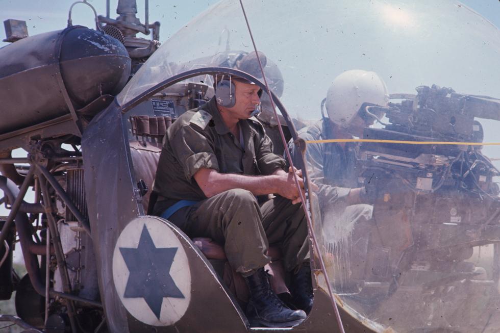 """דיין במלחמת ששת הימים, בה היה שר הביטחון. """"איך עצמנו עינינו מלהסתכל נכוחה בגורלנו?"""" (צילום: דוד רובינגר)"""