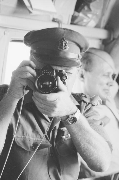 """יוני 1967: הרמטכ""""ל יצחק רבין מצלם את רובינגר מצלם אותו. מימין: שר הביטחון, משה דיין (צילום: דוד רובינגר)"""