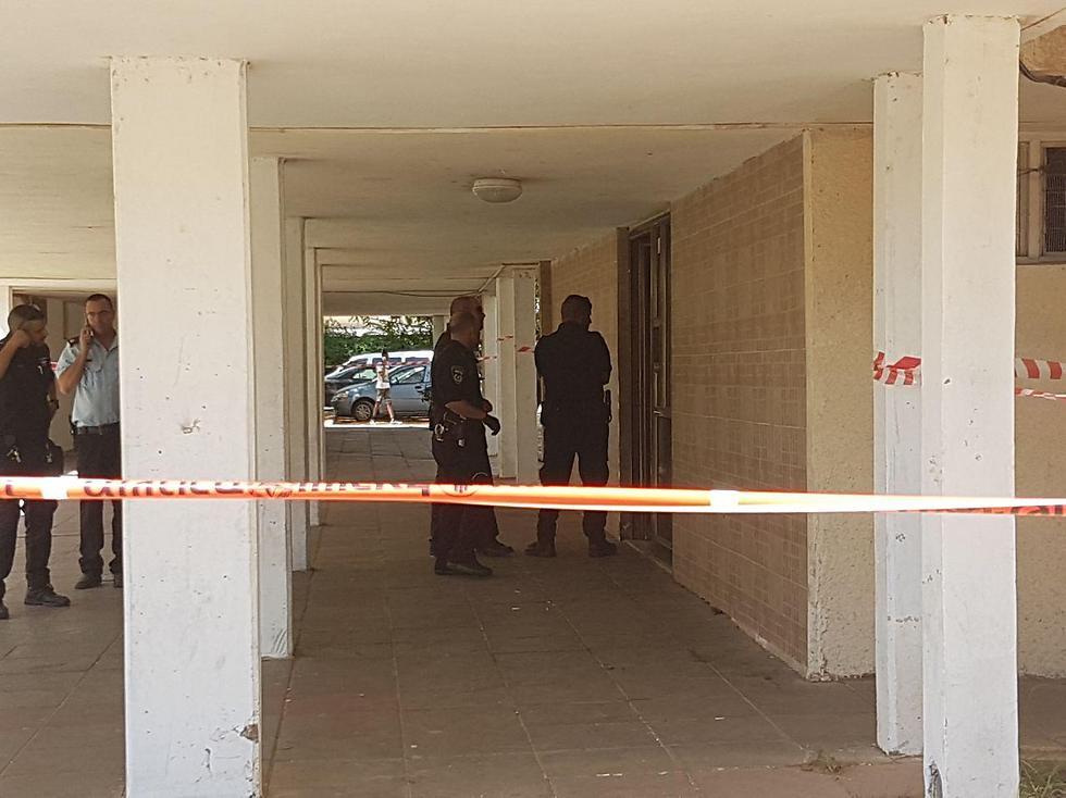 שוטרים מחוץ לבניין שבו נמצא הצעיר ללא רוח חיים (צילום: יאיר שגיא) (צילום: יאיר שגיא)